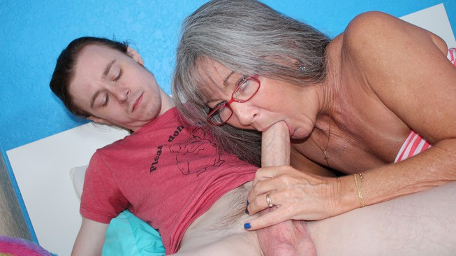Old lady sucks my cock