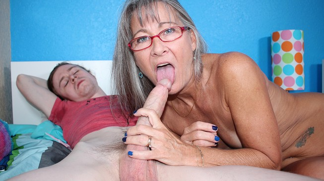 Seemomsuck leilani licks her stepsons cock