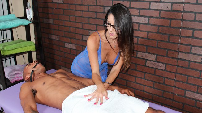 dava foxxx sees his hardon under his towel and takes notice