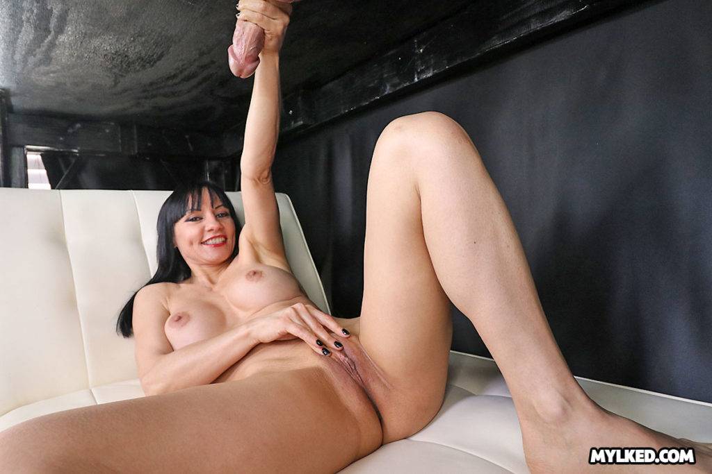 Natasha Ola gives handjob and loves porn